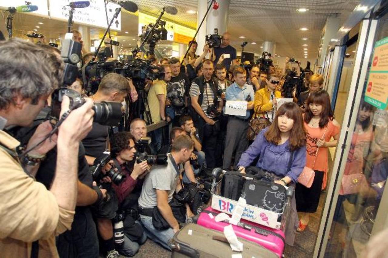 Periodistas rusos se apostaron en el aeropuerto Sheremetyevo en Moscú para esperar el vuelo SU213 de Hong Kong a la espera de Edward Snowden. foto edh / EFE.