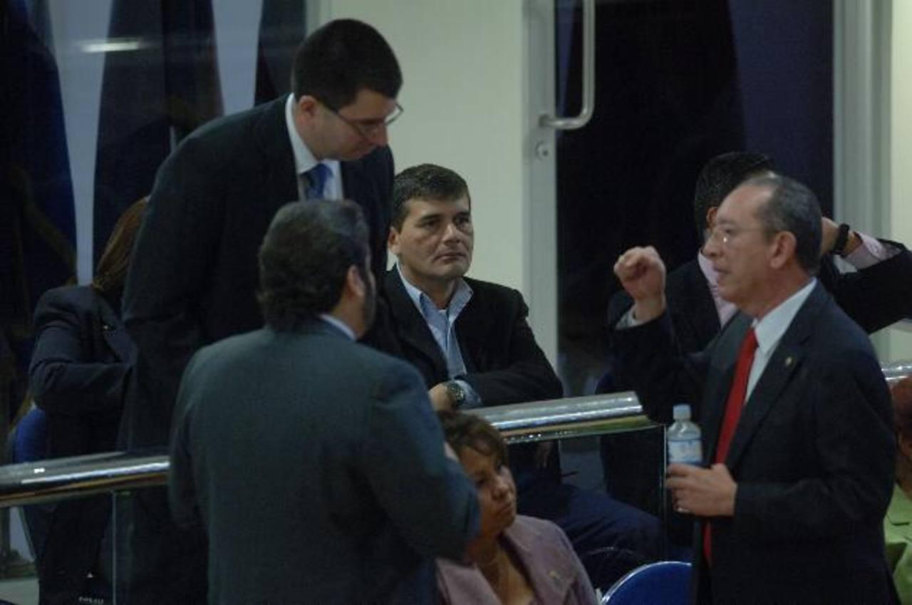 Salvador Sánchez Villalta (al fondo) y Roberto Góchez (der.), gerente y expresidente de Fonavipo, respectivamente.