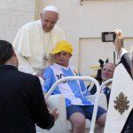 El joven de 17 años dio el paseo de su vida en el Mercedes descapotable del papa Francisco. Foto/ AP