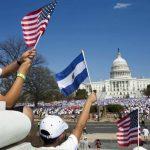 Miles de inmigrantes, entre ellos salvadoreños, se han manifestado en varias ocasiones en favor de la reforma. foto edh / ap