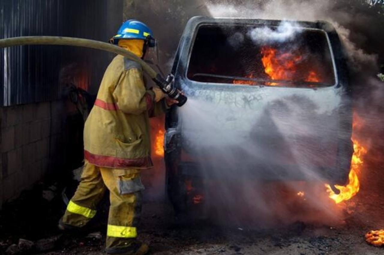Bomberos sofocaron las llamas. Foto tomada del Twitter de Bomberos El Salvador