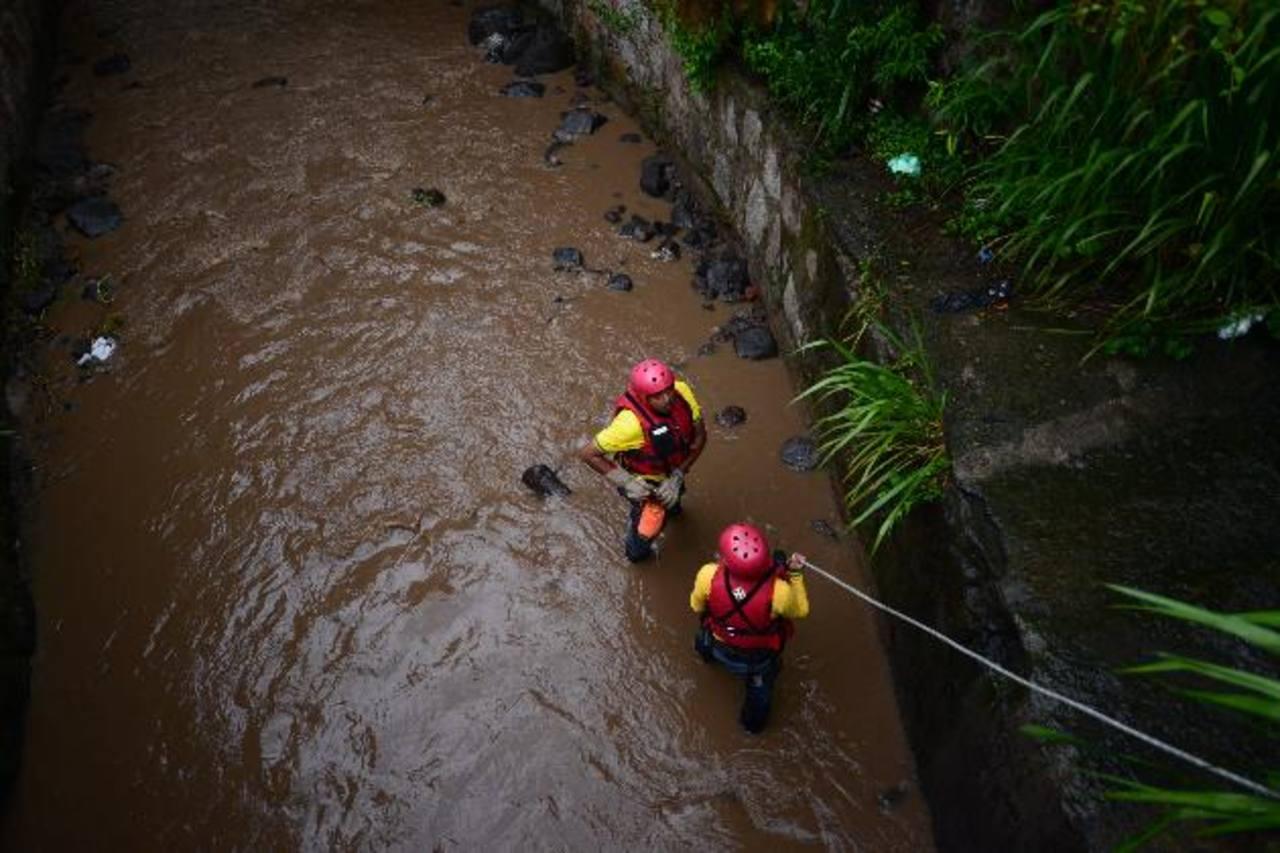 Durante más de una hora socorristas buscaron infructuosamente al menor desaparecido. Foto EDH / Omar Carbonero