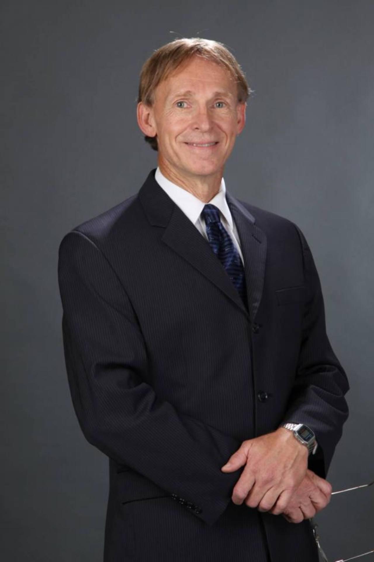 Dr. Michael Hall es autor de 48 libros sobre PNL.