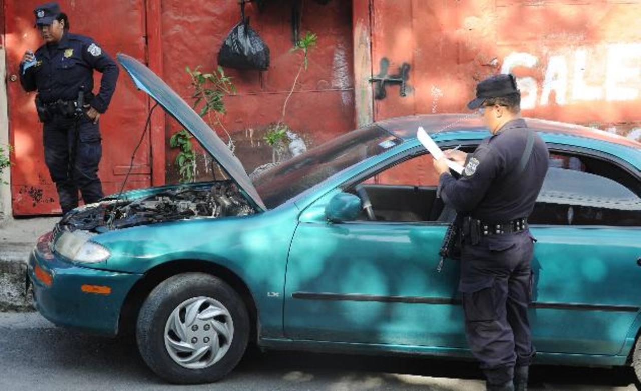 Automóvil confiscado a los detenidos, luego de que dispararan contra agentes policiales que viajaban en un bus de la Ruta 5. Foto EDH / Claudia Castillo