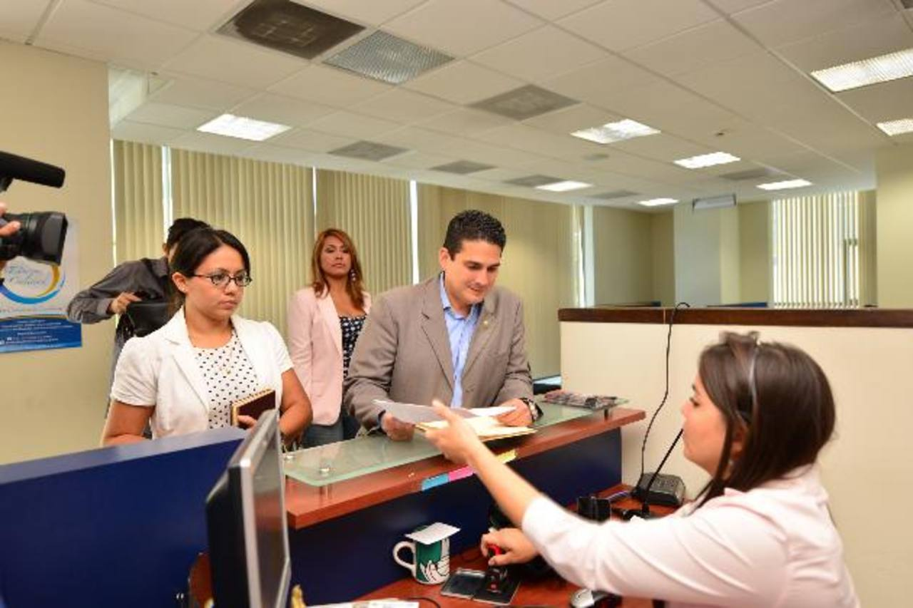 Roberto d'Aubuisson se presentó ayer a la Fiscalía para reunirse con el Fiscal Luis Martínez. foto edh/Omar carbonero