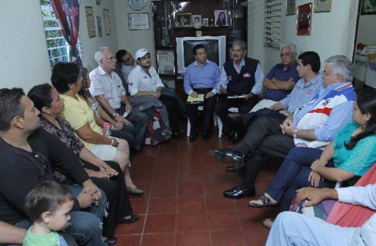 La fórmula presidencial de ARENA se reunió con vecinos de la colonia Quezaltepec, que le plantearon los problemas que afectan a la comunidad y buscarles solución. Foto EDH / cortesía