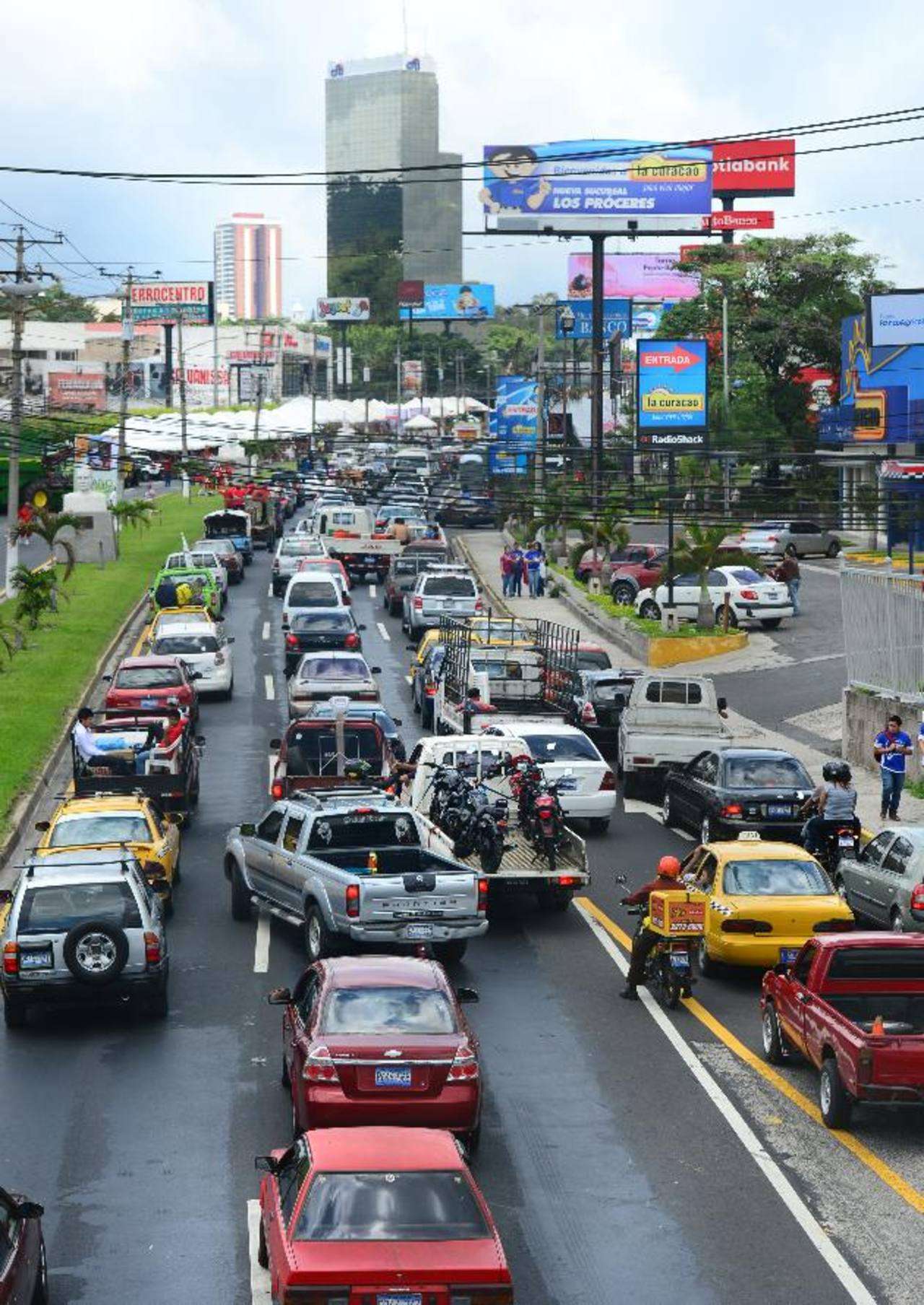 El cierre del bulevar Los Próceres y el inicio del Diego de Holguín fue suficiente para generar un descomunal desorden de tráfico durante buena parte del sábado en el sur de la capital. Foto EDH / douglas urquilla