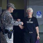 Una persona habla con un militar en las afueras del tribunal militar de Fort Meade. Foto AP