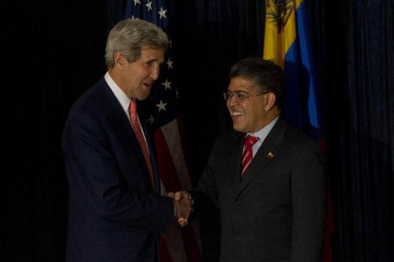 El secretario de Estado de EE.UU., John Kerry (izquierda), se reúne con el ministro venezolano de Relaciones Exteriores, Elías Jaua. foto edh / efe