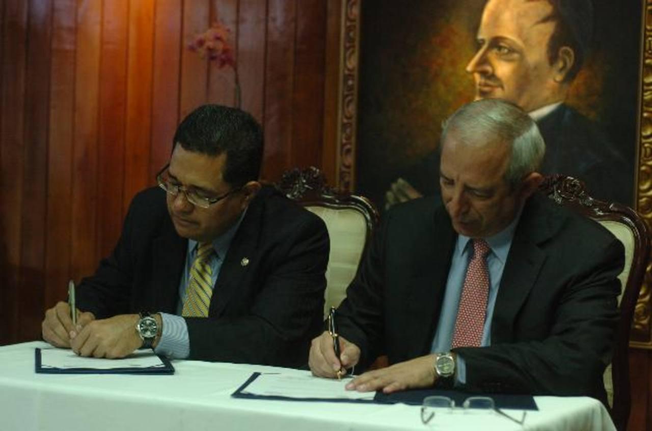 En abril, Sigfrido Reyes firmó un convenio con la secretaría de comunicaciones de la presidencia para instalar la radio legislativa.