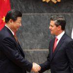 El mandatario de China, Xi Jinping (izquierda), saluda a su homólogo mexicano, Enrique Peña Nieto, durante una rueda de prensa conjunta en la residencia oficial de Los Pinos, en Ciudad de México. foto edh / efe