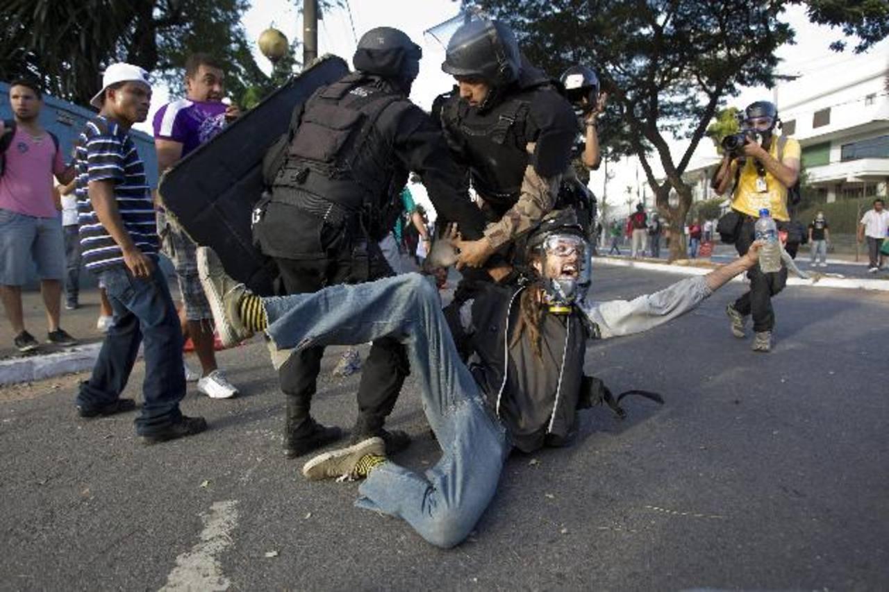 Policías detienen a un manifestante en Belo Horizonte.