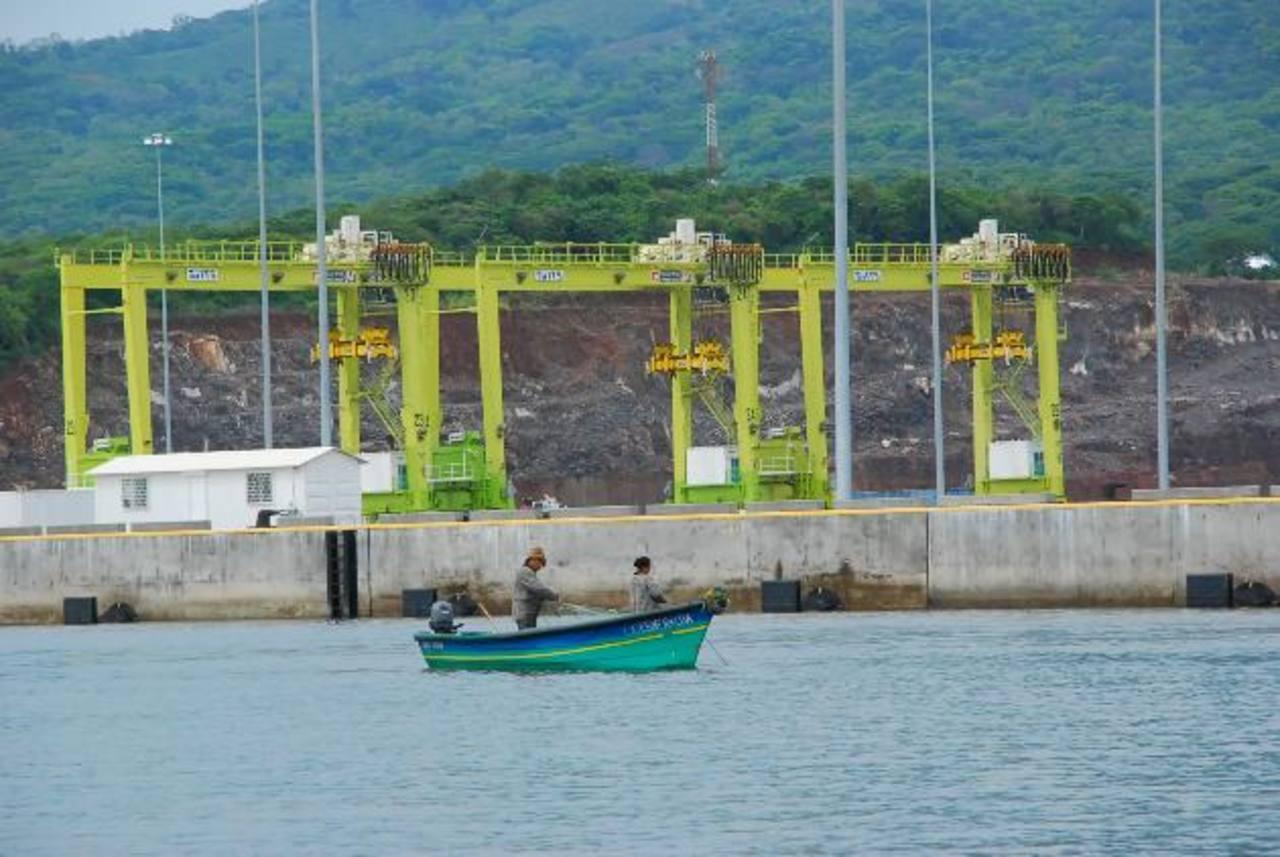 La falta de concesión del Puerto La Unión es un visible ejemplo de la poca atracción de inversión al país. Foto EDH / archivo