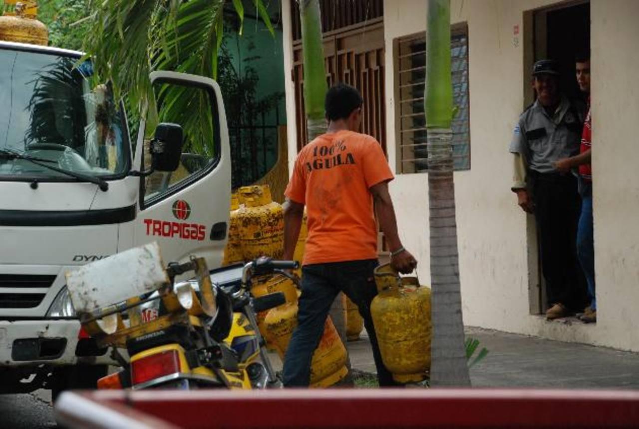 Los distribuidores de gas de San Miguel aseguran que nadie les ha explicado la nueva modalidad. foto edh / lucinda quintanilla