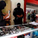 Miembros del Grupo Antiextorsión realizaron un operativo de búsqueda de teléfonos celulares robados en el Centro Histórico. FOTO PNC