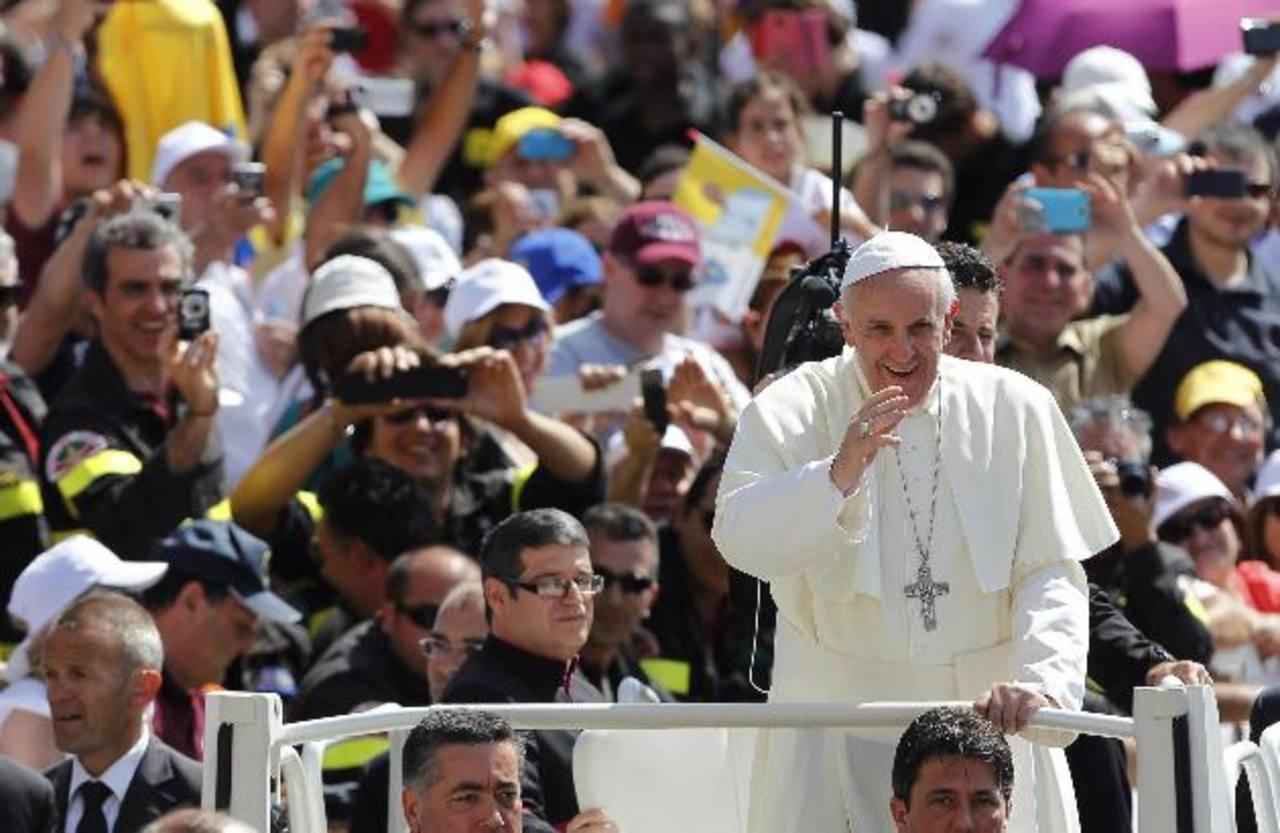 El papa Francisco saluda a los fieles durante la audiencia general de los miércoles en la plaza de San Pedro del Vaticano. foto edh /EFE