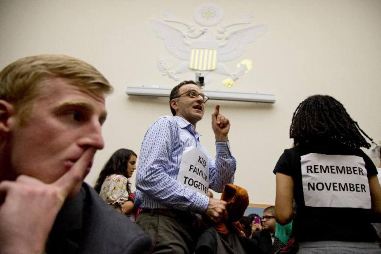 Manifestantes interrumpieron con gritos la sesión de la comisión judicial de la Cámara de Representantes. Foto/ AP