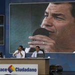 """El presidente de Ecuador Rafael Correa, izquierda, habla durante su programa de radio y televisión """"Diálogo con el Presidente"""". Foto/ AP"""