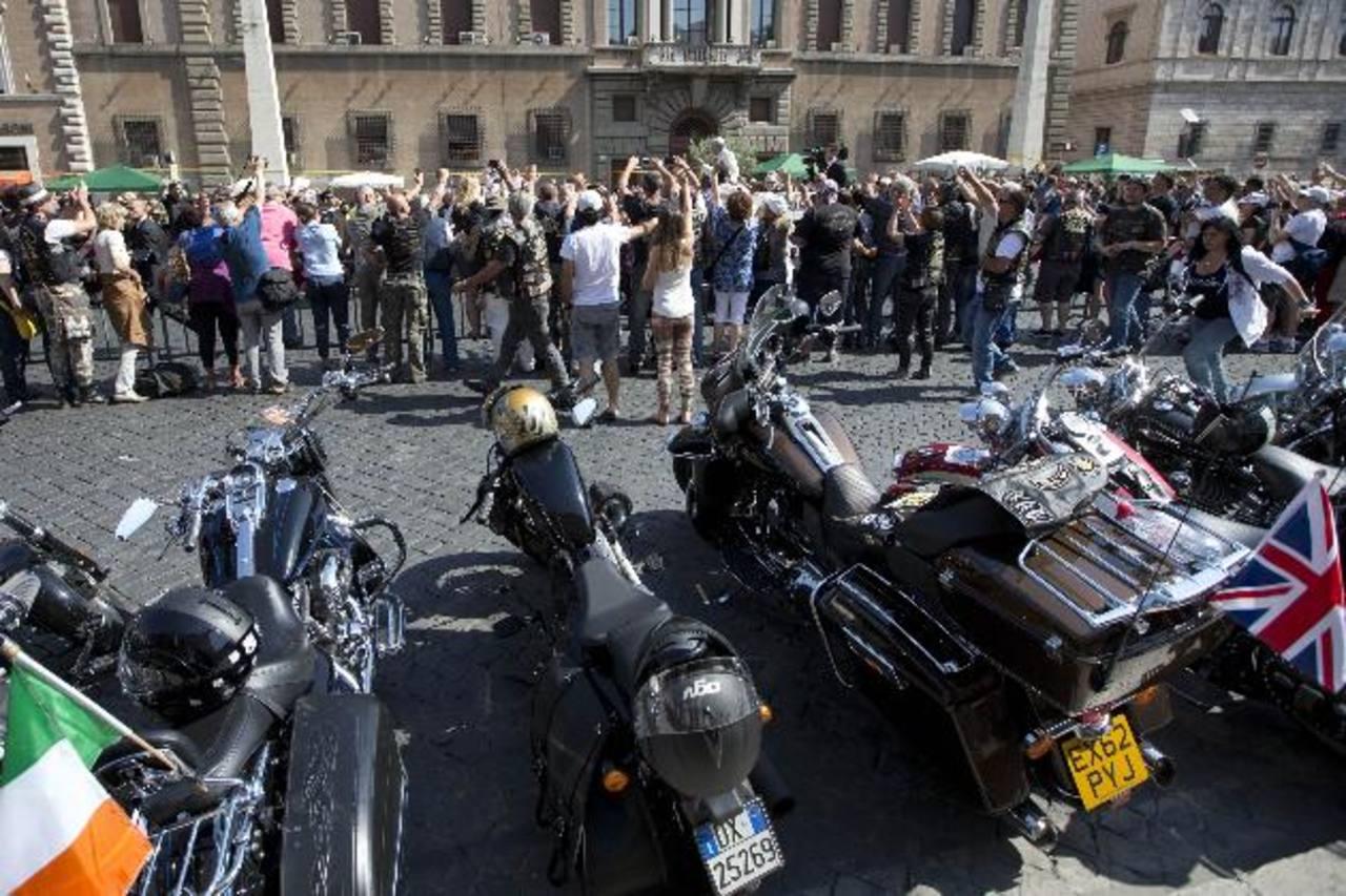 Los motociclistas, vestidos con chalecos de cuero de marca Harley, se sentaron junto a monjas y decenas de miles de fieles católicos. Foto/ AP