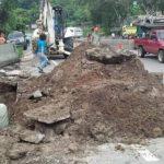 Personal de Anda inspecciona la zona afectada por el colapso de una tubería. Foto vía Twitter Jorge Reyes