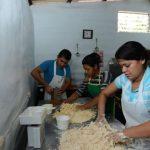 Erick Campos, junto a su sobrina y su cuñada, elaboran diversas variedades de pan dulce en la Panadería Bendición de Dios. Fotos edh / Omar Carbonero