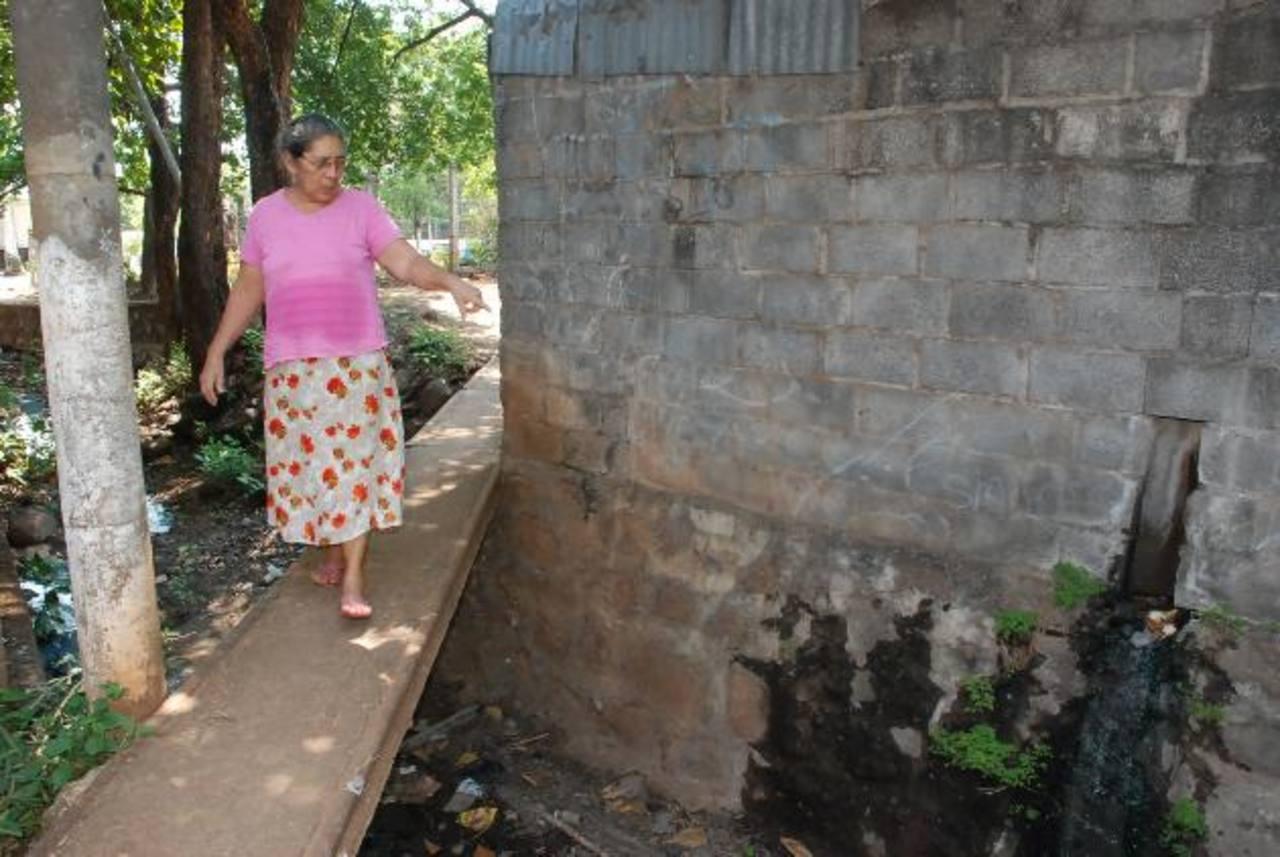 La colocación de tubos en la quebrada ha generado preocupación entre las familias que residen a orillas de la misma, por posibles inundaciones. Foto edh / Insy Mendoza