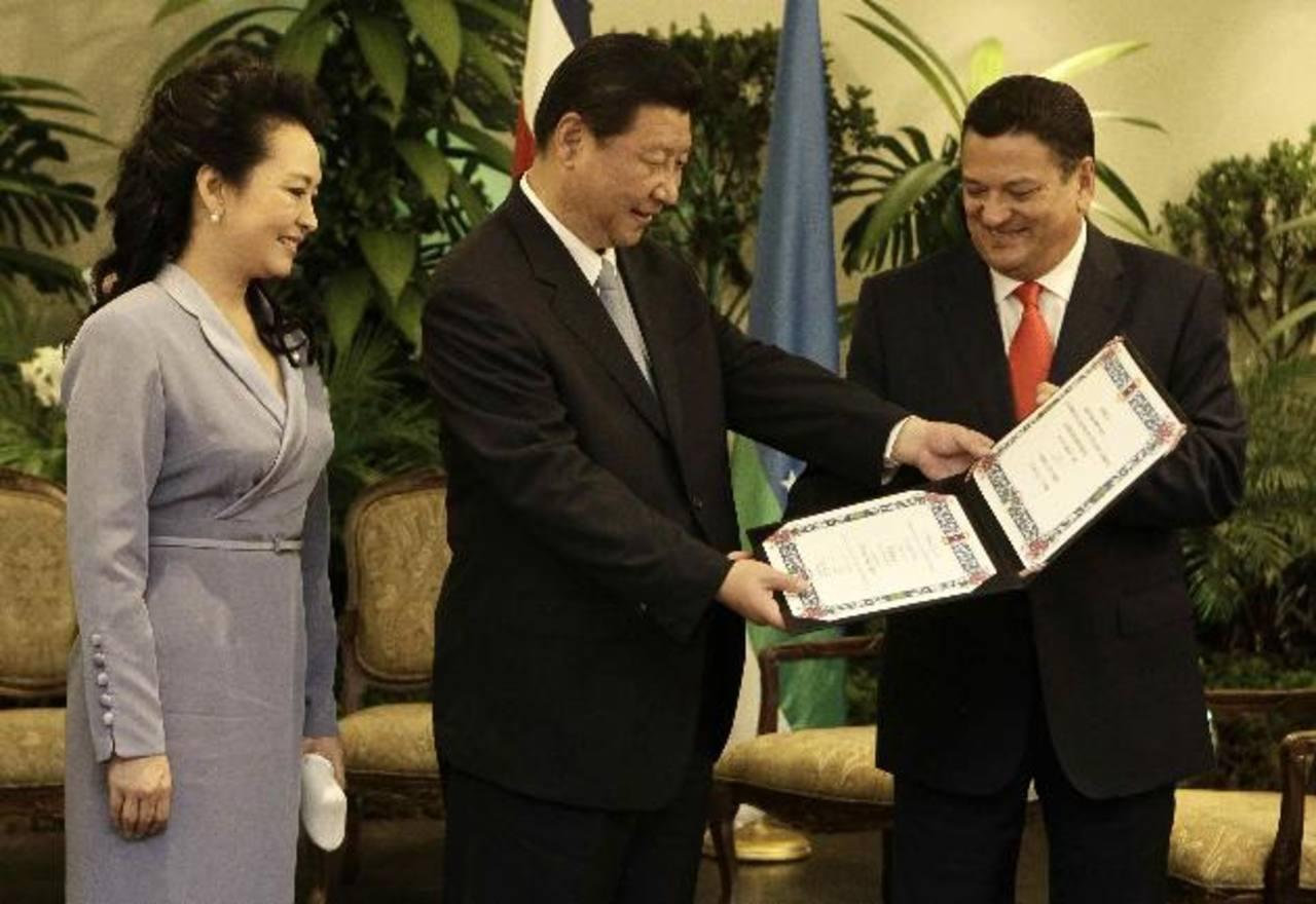 Pie de foto texto espacio para texto pi texto o texto espacio para texto pi texto o texto espacio para texto pi texto pie fotara texto pi texto pie foto. foto edh / xxxxx xxxxxxx El presidente chino, Xi Jinping (c), y su esposa, Peng Liyuan, reciben
