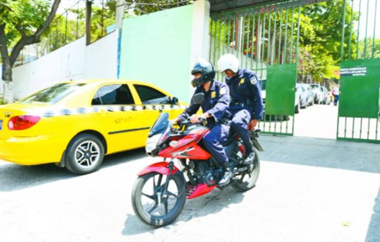 Policías salen de la residencial Autopista 1, San Marcos, donde un secuestrador paga sentencia en su casa. Foto EDH / Archivo.