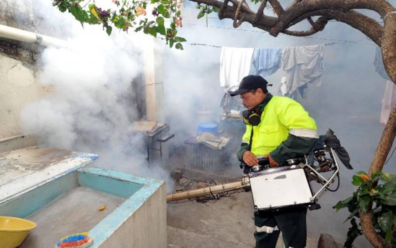 Personal de la alcaldía de San Salvador realiza labores de fumigación. foto EDH / archivo