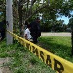 Investigadores recaban evidencias en el sitio donde encontraron el cuerpo de un desconocido. Foto EDH / Jaime Anaya