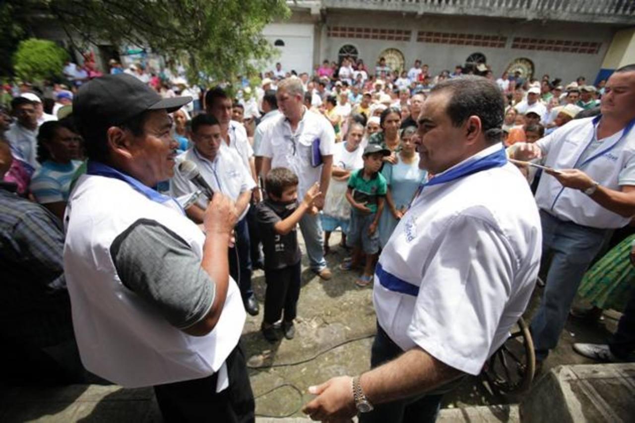 Antonio Saca (derecha) en plena conversación con un lugareño de San Simón, Morazán. Foto EDH / cortesía unidad