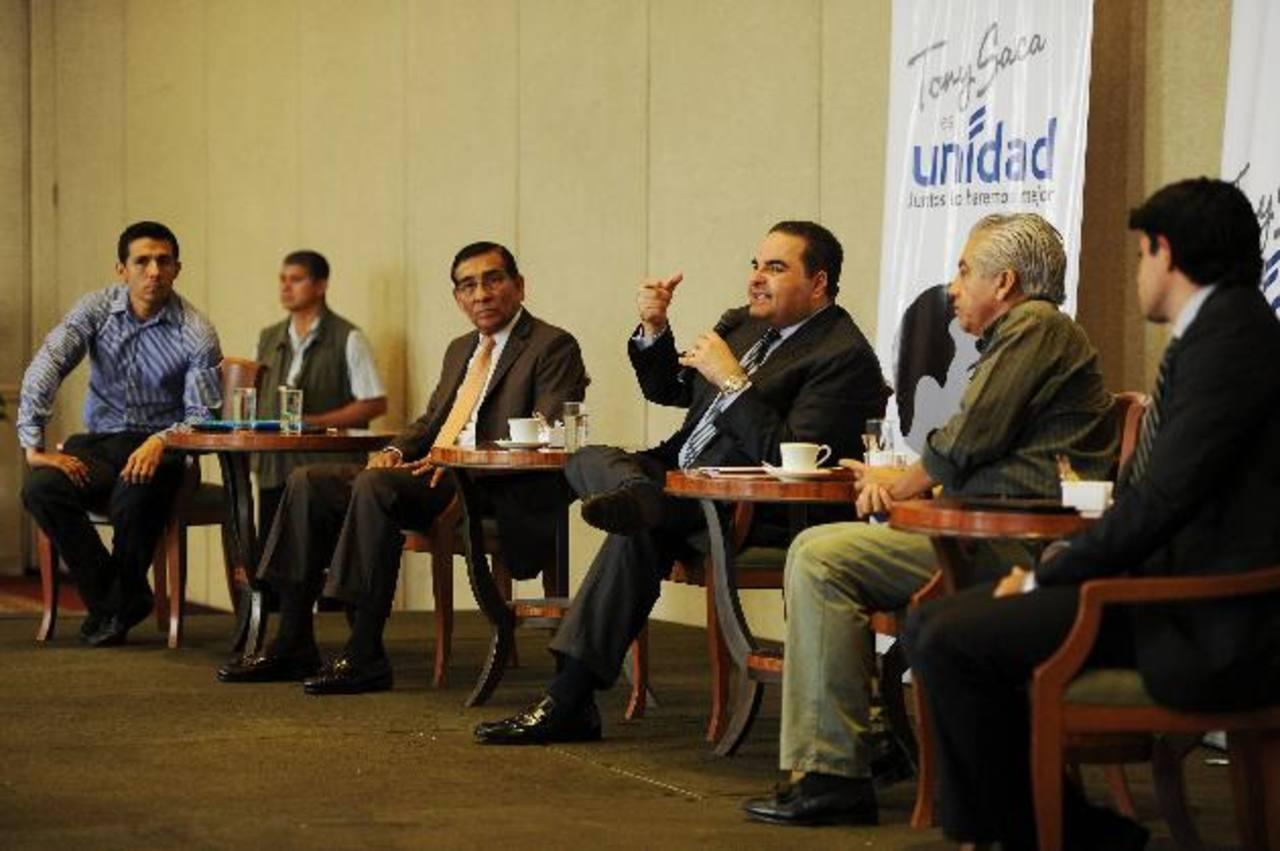 Salvador Mariona, a la izquierda de Saca, y el Pajarito Huezo, a su derecha, en la reunión. foto edh / marlon hernández