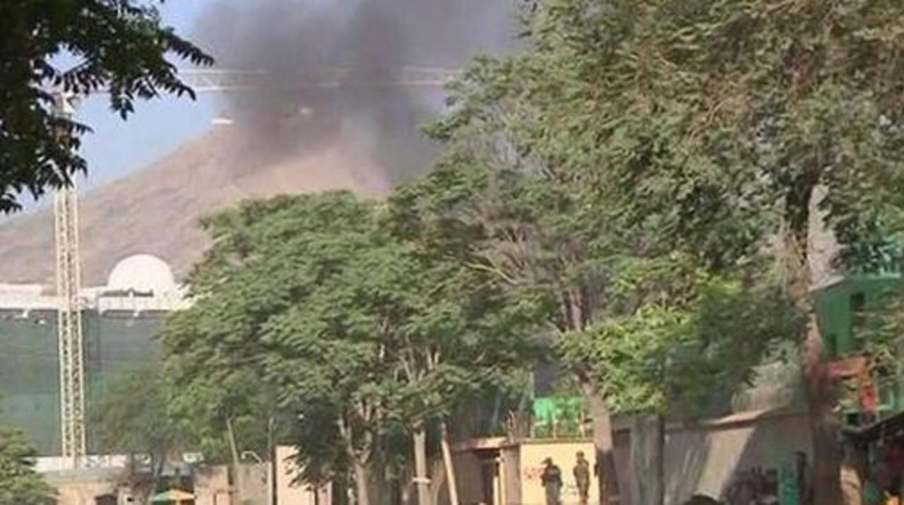 Columnas de humo se veían salir desde un costado del palacio presidencial en Kabul tras el ataque. Foto tomada de BBC