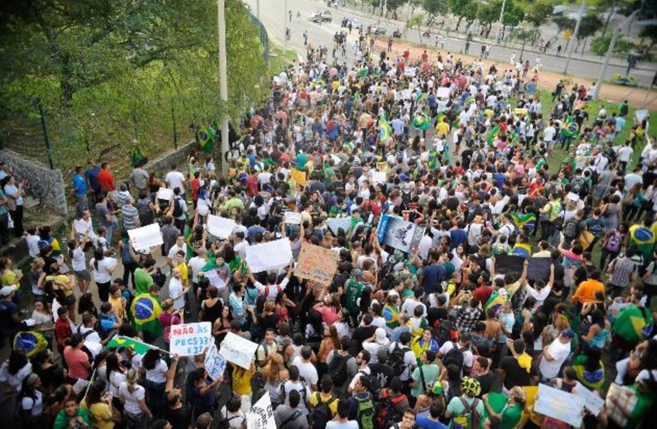Manifestantes en el barrio Barra da Tijuca en Río de Janeiro (Brasil). foto edh / efe