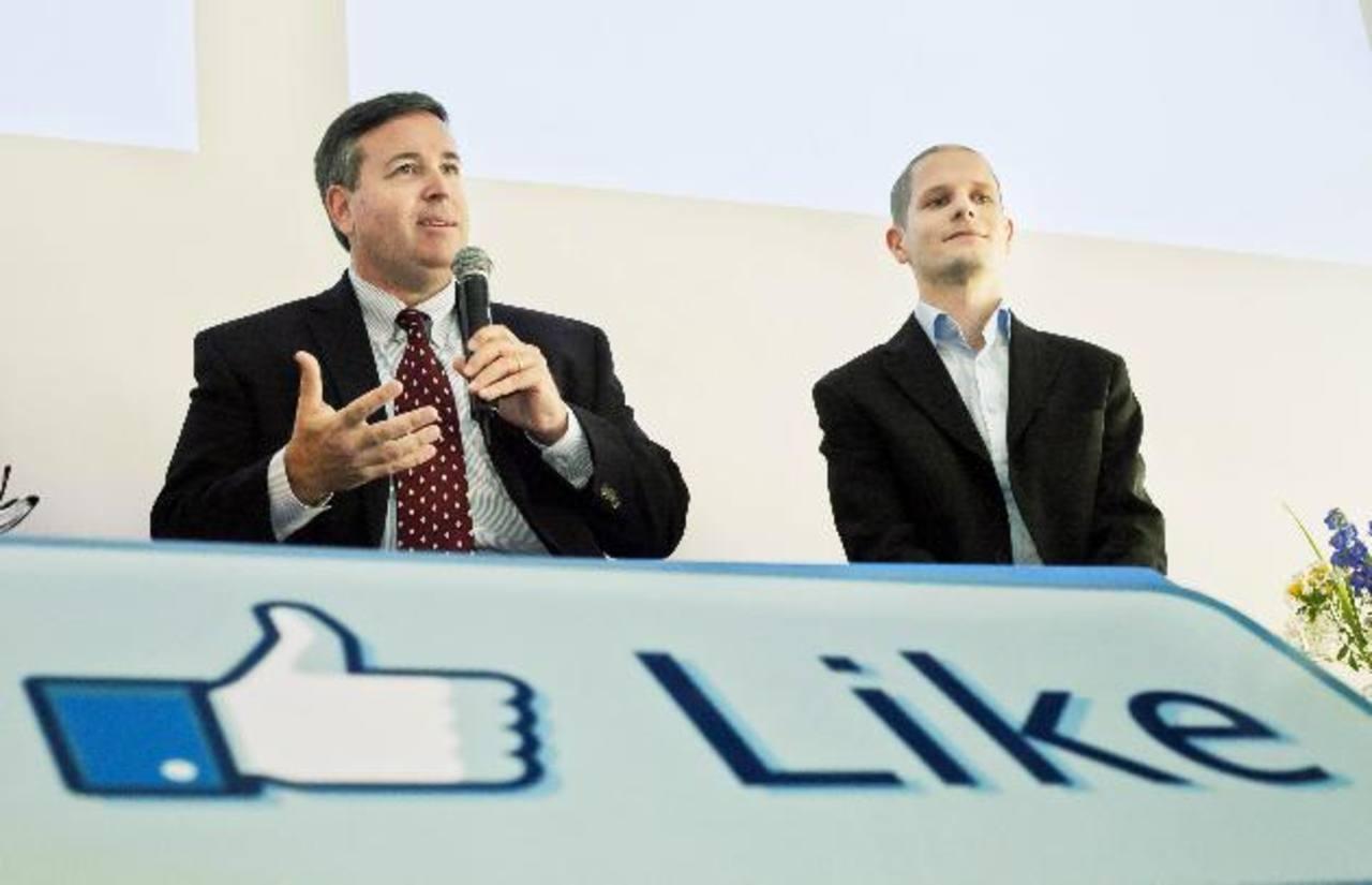 Tom Furlong, vicepresidente de operaciones del sitio de Facebook, izquierda, y Joel Kjellgren, gerente del Centro de Datos. Foto/ AP