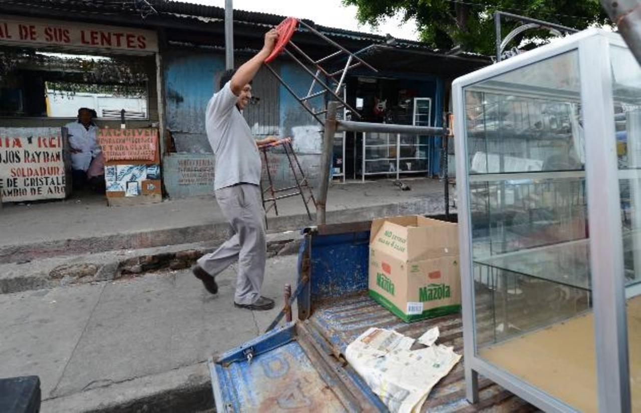 Algunos vendedores ya han comenzado a desmontar y llevarse sus estructuras. Fotos EDH / Mauricio Cáceres