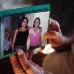 Anaís Isabel León (de blusa rosada) posa en la foto con la hermana a la que mató. Foto EDH / ARCHIVO