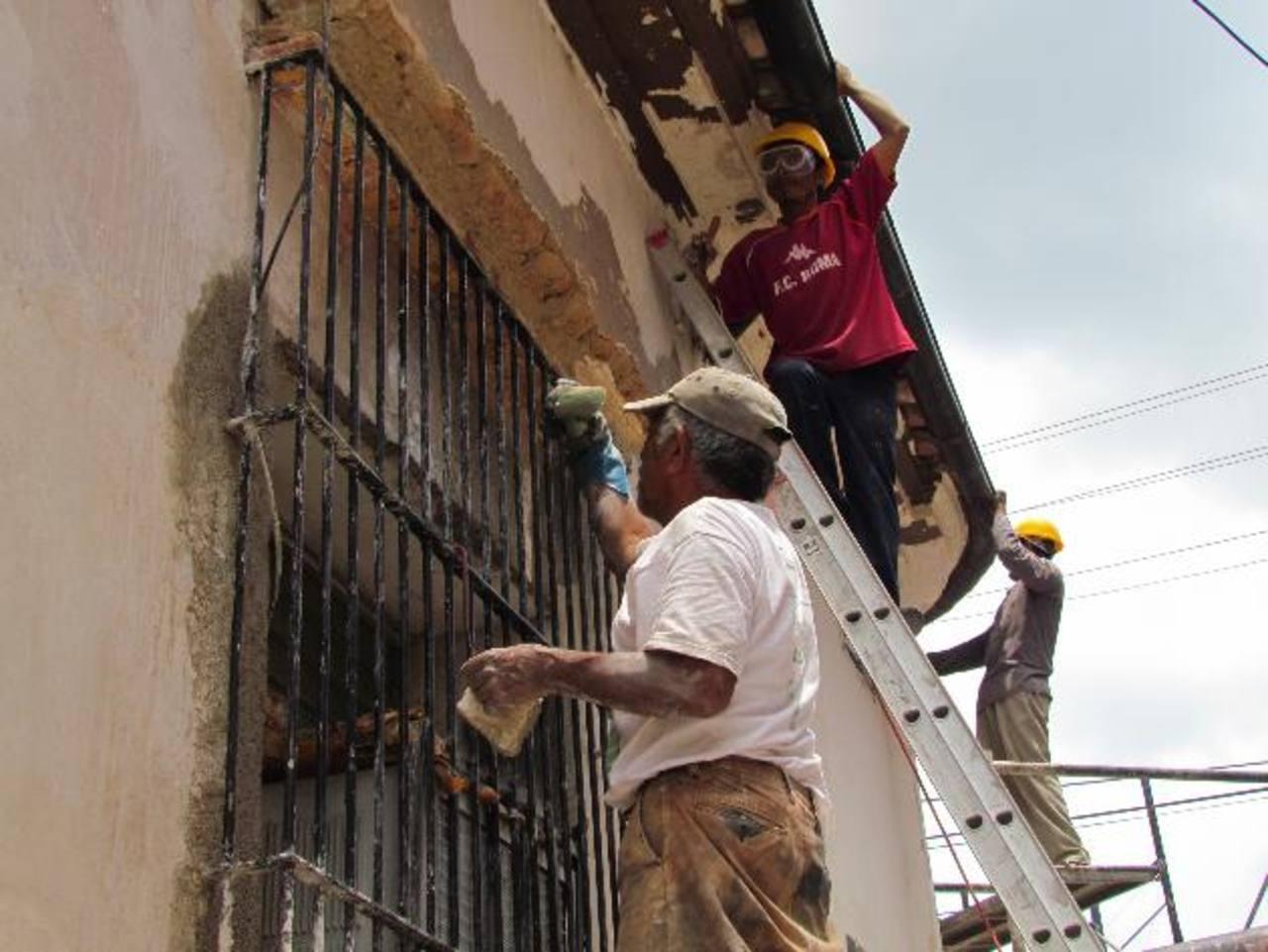 Son 32 personas las que se encuentran trabajando en la restauración de 10 fachadas del Callejón Sur de Catedral.