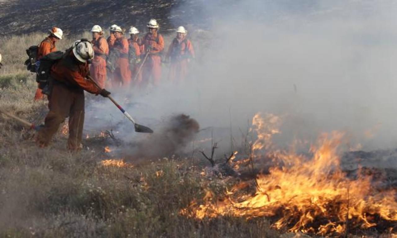 Tareas para controlar el incendio forestal. Foto AP