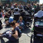 Cientos de mujeres dan de lactar a sus bebés frente a una plaza de la municipalidad en Copenhague. Foto/ AP