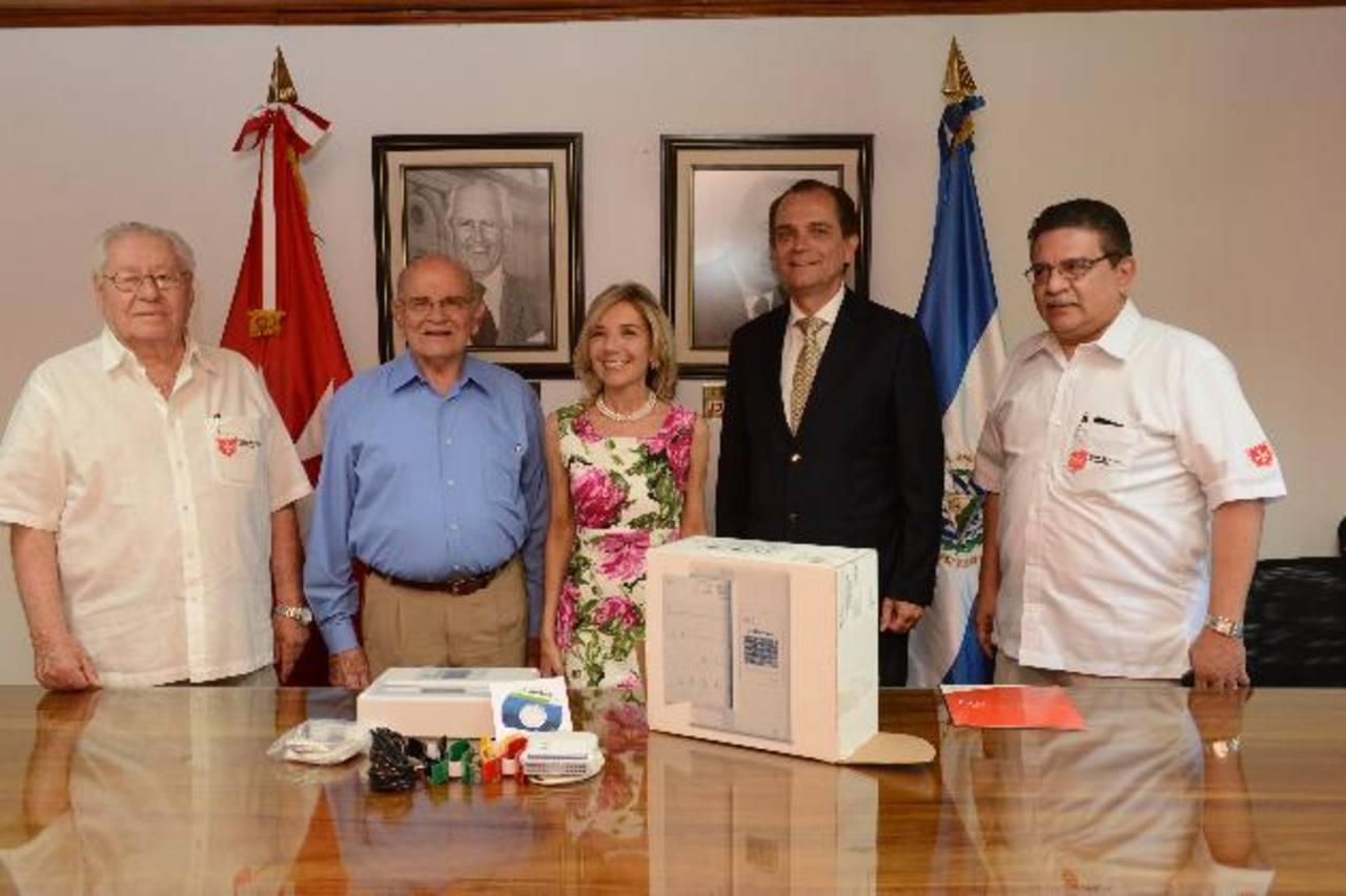 Remo Bardi, Pedro Houdelot, María Cortese, Paolo Risi y Oscar Argueta, en la entrega del donativo. Foto EDH / miguel villalta
