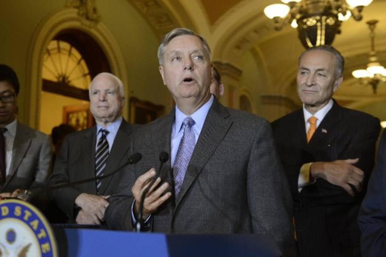 Los republicanos Lindsey Graham y John McCain junto al demócrata Chuck Schumer. edh/ EFE
