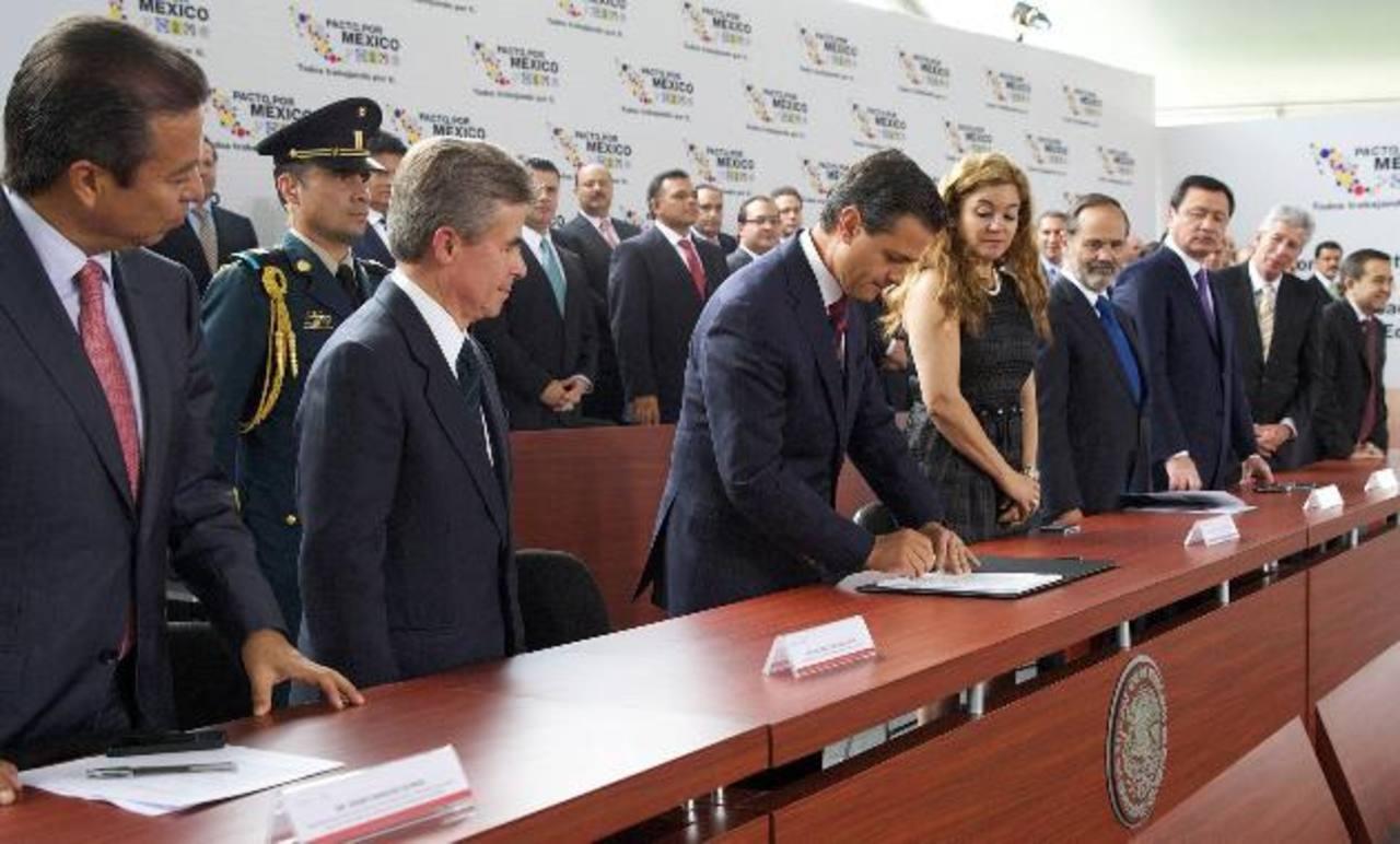 Enrique Peña Nieto, presidente de México, firma la ley de telecomunicaciones.