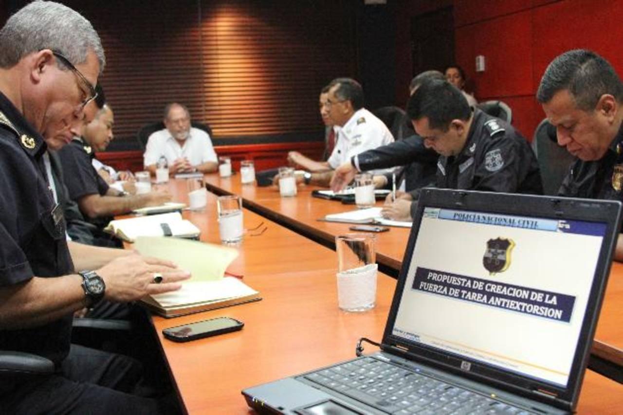 El ministro de Seguridad, Ricardo Perdomo, se reunió ayer con los jefes policiales para conocer el proyecto de creación del nuevo Grupo Especial Antiextorsión (GEA). Foto EDH / M. Seguridad