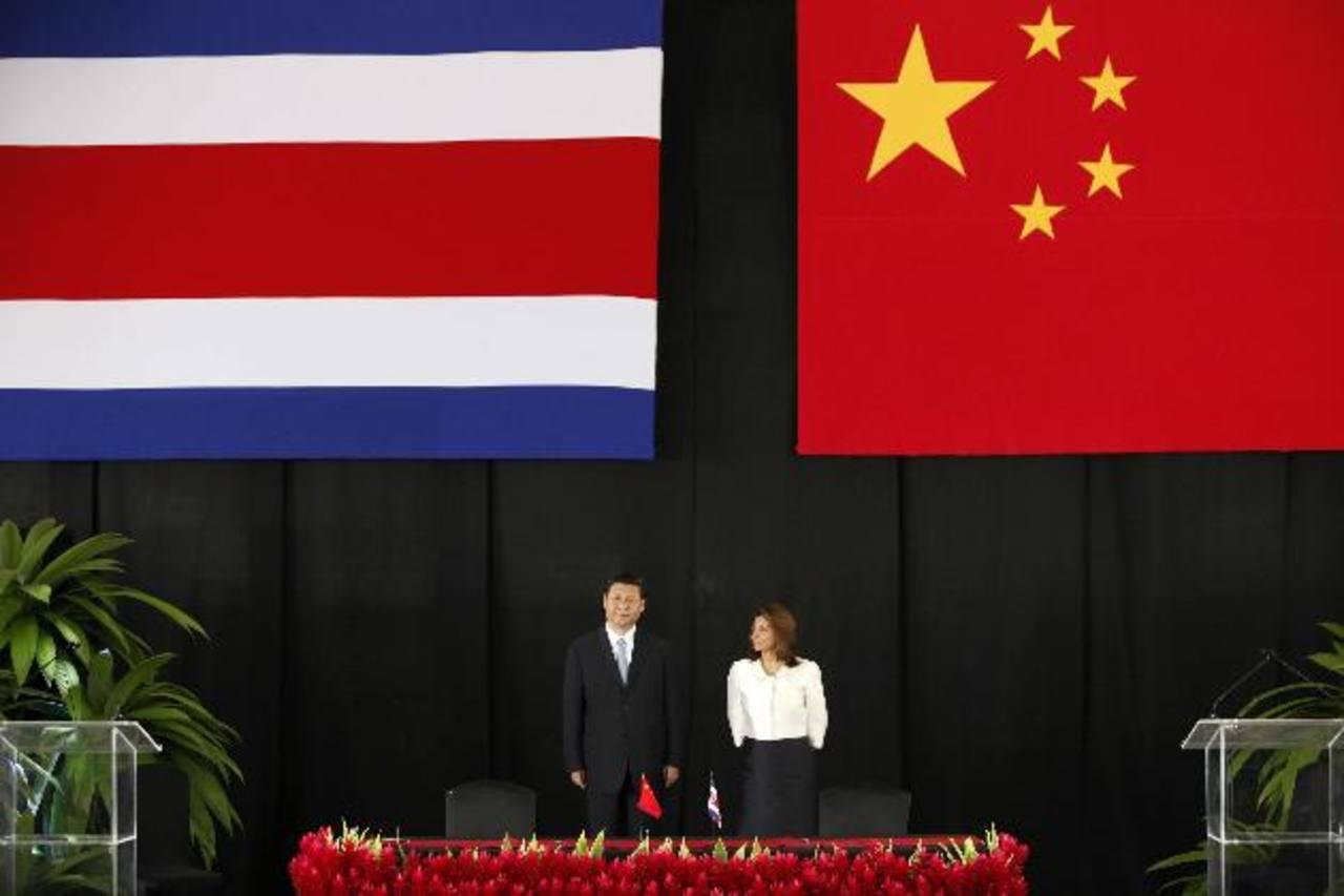 El presidente de China, Xi Jinping (izq.), y su homóloga costarricense, Laura Chinchilla, hablan a los medios de comunicación, ayer, en San José. Costa Rica ofreció su apoyo a China para lograr un acercamiento a la Comunidad de Estados Latinoamerican