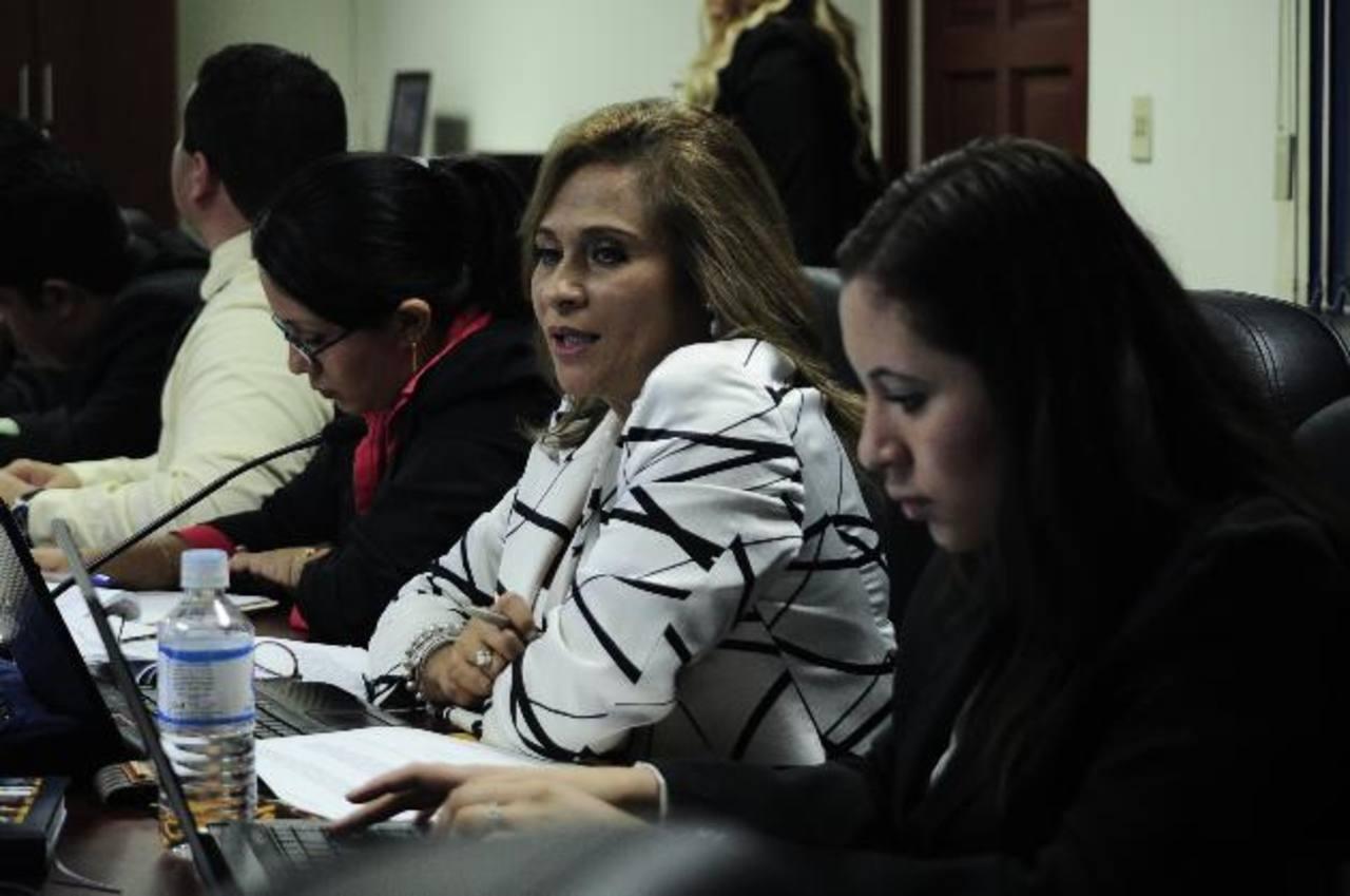 La consultora colombiana Sara Salazar (de blusa blanca), exjueza de extinción de dominio de Colombia, asesora a la Comisión de Legislación de la Asamblea Legislativa. foto edh / jorge reyes