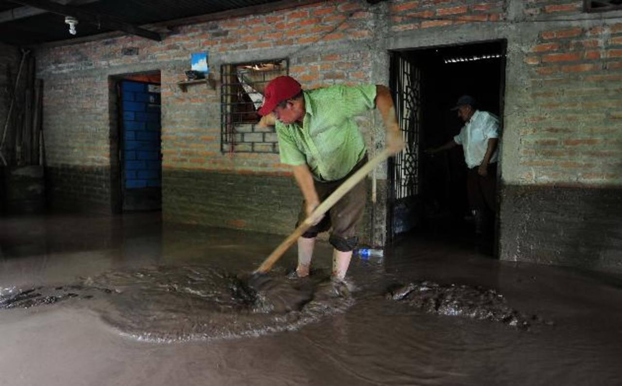 La colonia viene sufriendo inundaciones desde hace tres años y las autoridades no han hecho nada. Foto edh / lissette lemus