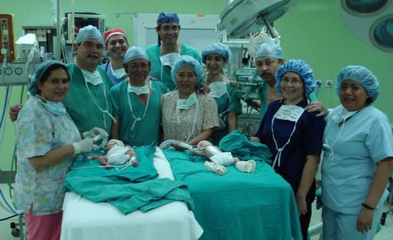Un equipo de especialistas del hospital Bloom posterior a la cirugía realizada en 2008. Foto EDH /