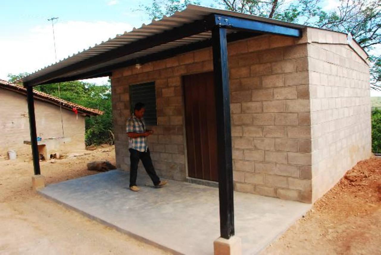 Juan Espinal, orgulloso, muestra la casa que le construyeron gracias al BID. foto EDH Francisco Torres