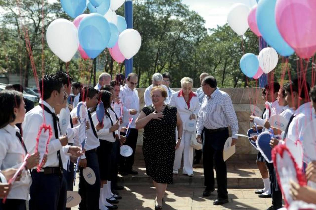 La embajadora de Estados Unidos, Mari Carmen Aponte, con varios alumnos. foto edh / CORTESÍA